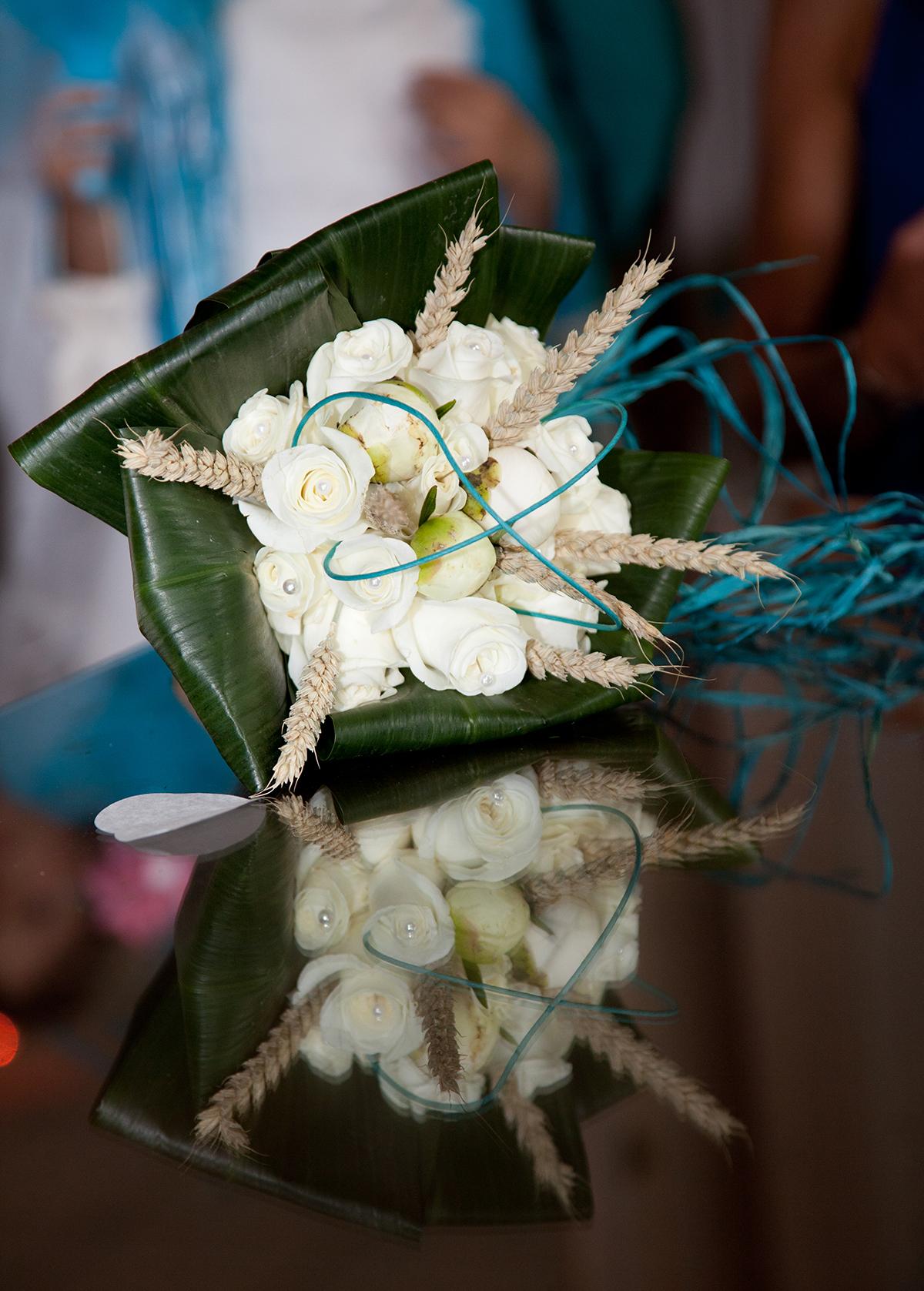 Déco bouquet de la mariée avec détail bleu turquoise
