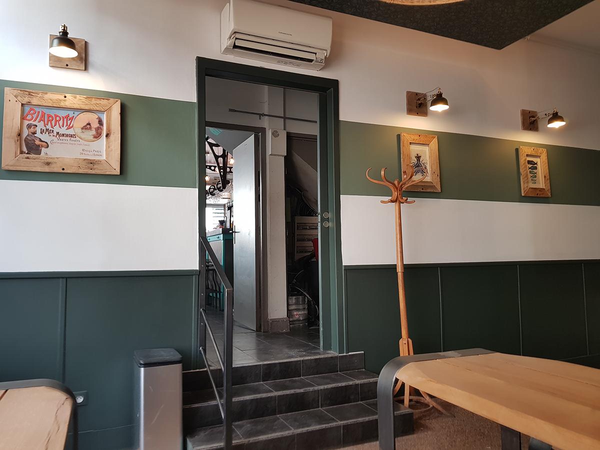 Mise en scène de différents verts dans une déco de restaurant sur la Côte Basque