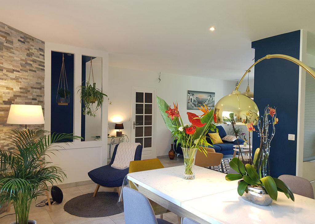 Déco de salon bleu et jaune et très végétalisé dans les Landes