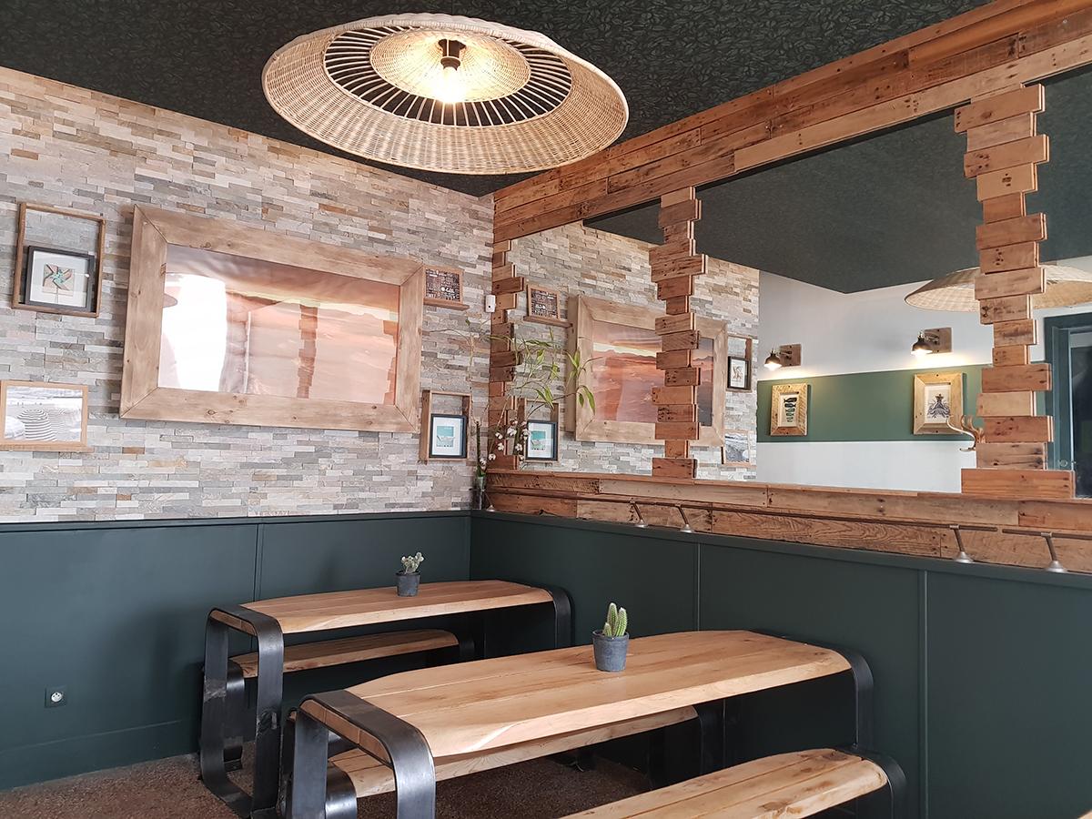 Décoration bois et vert pour salle de restaurant avec détail papier peint plafond par la décoratrice Marion PIRAUBE à Biarritz