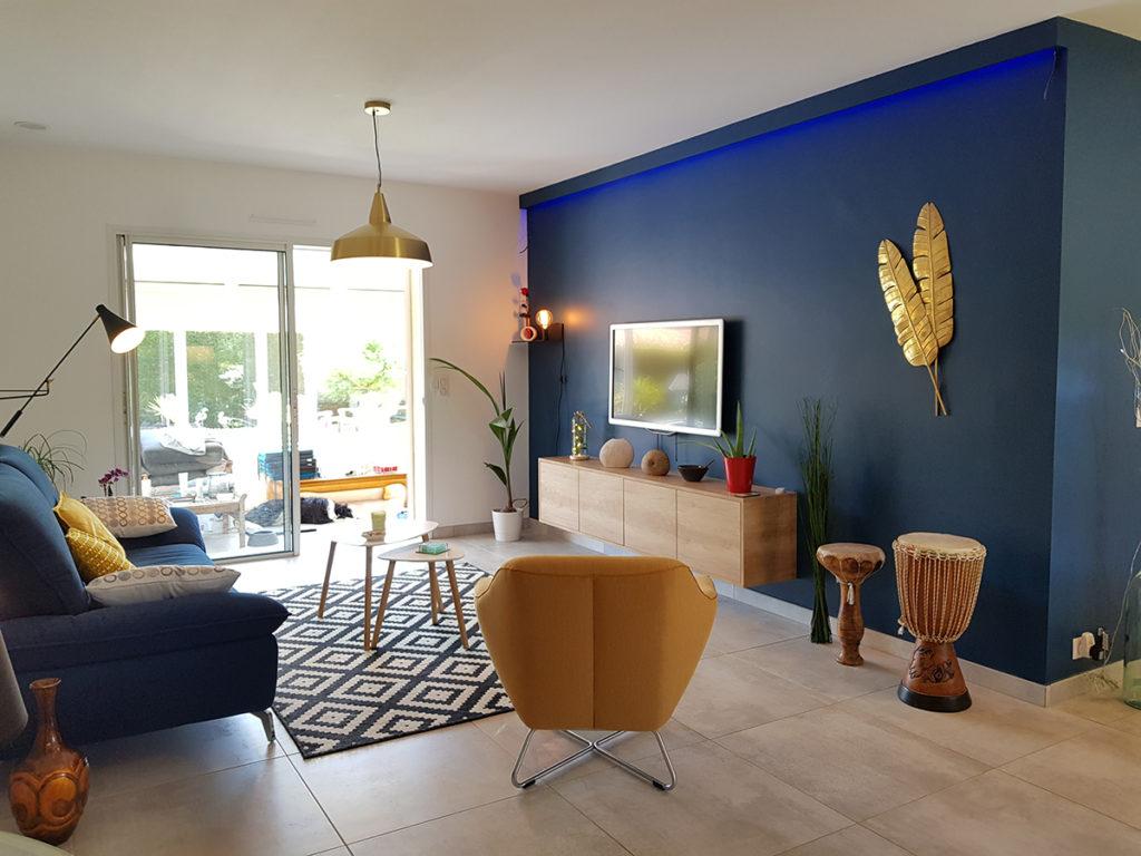 Mur bleu dans le salon d'une villa dans les Landes