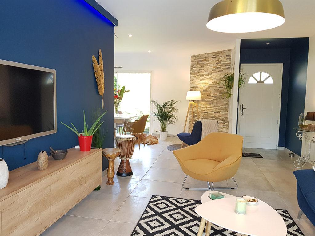 Mur bleu et entrée bleu pour donner du caractère à la pièce de vie Saint-Martin-de-Seignanx dans les Landes