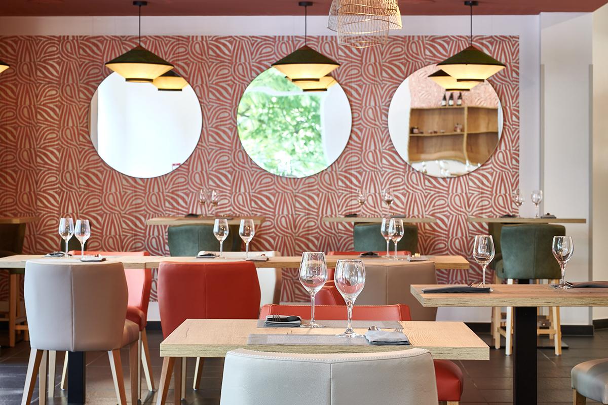 Miroirs comme objet de décoration sur revêtement murale à Bayonne