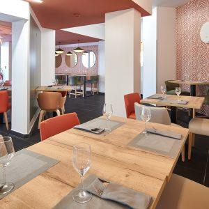 salle de restaurant avec plafond de couleur pour sublimer les lieux à Bayonne