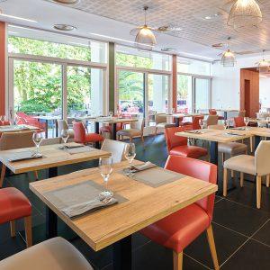 Vue globale sur la salle de restaurant de l'hôtel décoration harmonieuse à Bayonne