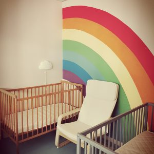 Mise en scène décorative du dortoir d'une nurserie à Anglet