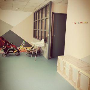 Triangles de couleurs en guise de décoration d'intérieur dans une nurserie à Anglet