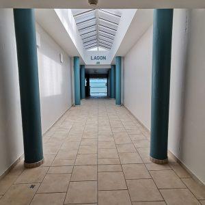 Couleur bleu lagon pour sublimer un couloir d'un centre de bien être au bord de l'océan à Anglet