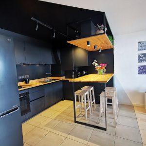 Aménagement d'une cuisine noire sur noire dans une résidence à Saint Jean de Luz sur la Côte Basque
