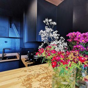 Optimisation des espace dans cette cuisine noire sur la Côte Basque