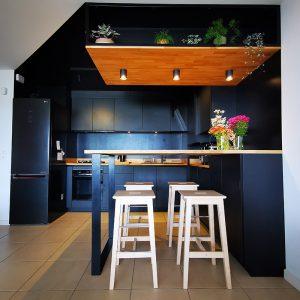 Une mise en ambiance dans une cuisine originale façon boite noire sur la Côte basque