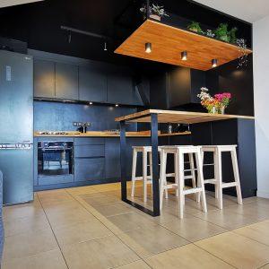 Vue d'ensemble sur une cuisine noire originale à Saint Jean de Luz