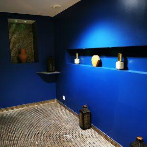 Décoration orientale avec un bleu profond dans un spa privatif à Anglet