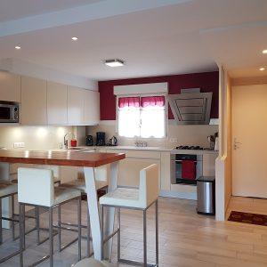 Agencement cuisine ouverte sur salon dans une maison à Bayonne