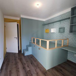 Décoration et optimisation agencement chambre de garçon jaune bleu vert et blanc au Pays-Basque