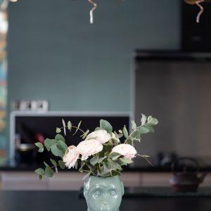 Objet de décoration un vase en forme de singe vert sur la Côte Basque