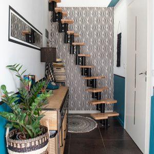 Une entrée bleu canard avec une touche ethnique donne le ton et le caractère de la décoration de la maison dans le 64