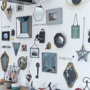 Pêle mêle de miroirs et d'objets de décoration composée par la décoratrice Marion PIRAUBE sur la Côte Basque