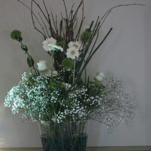 Composition florale pour mariage avec touche de bleu lagon thème de la mer à Bordeaux