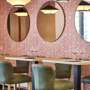 Conception décoration restaurant coin cosy formes géométriques Pays-Basque