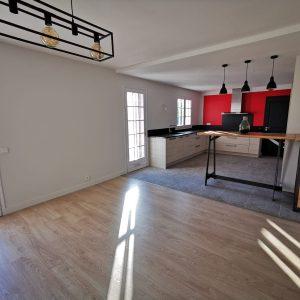 Vue d'ensemble sur salle à manger et cuisine ouverte Biarritz